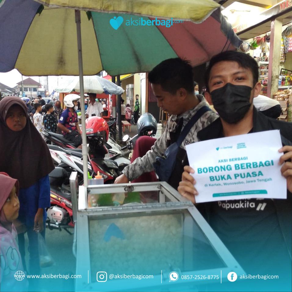 Berbagi Takjil Gratis Untuk Masyarakat Sekitar Wonosobo